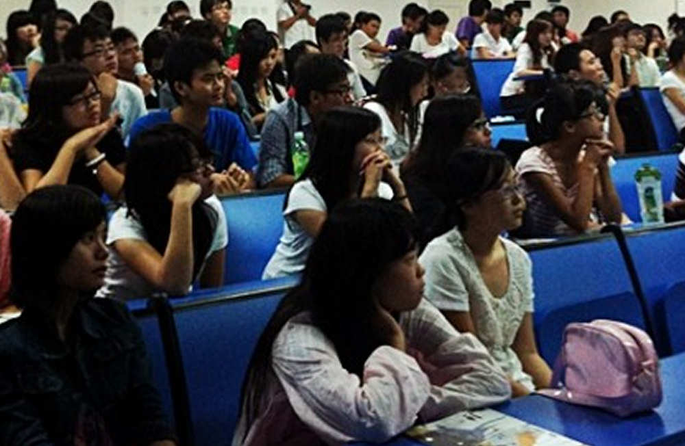 Chinese college students in presentation of the UPNA