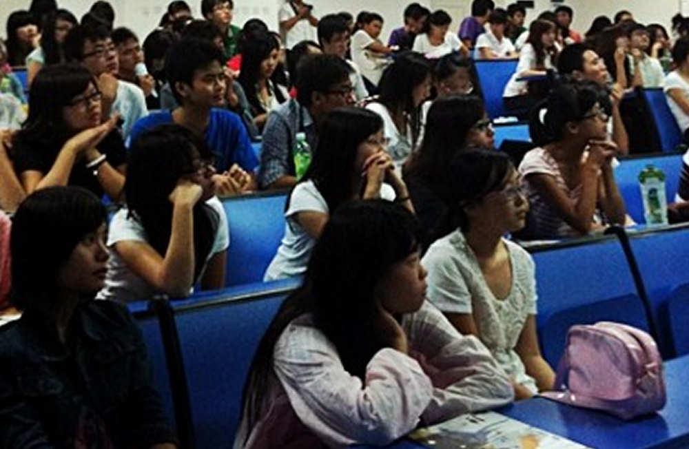 Alumnos universitarios chinos en presentación de la UPNA